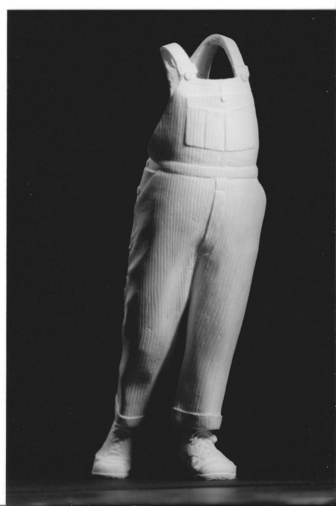 Original en plâtre de la sculpture de la salopette de Coluche, créé par Guillaume Werle pour le trophée du jeune comique, La Salopette d'Or.