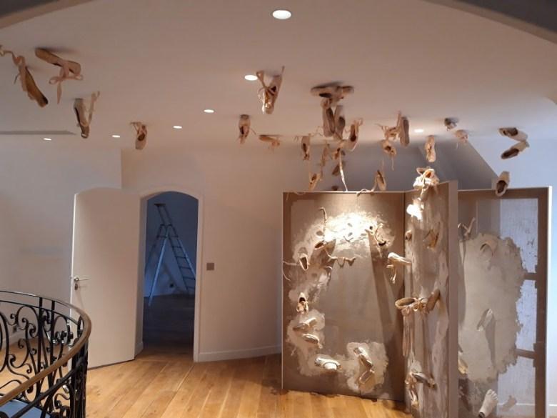 Sculpture de Guillaume Werle représentant un grand livre ouvert . L'installation est réalisée dans le principe de Empreintes Enveloppes avec des chaussons de danse, du plâtre, des chassis en bois et de la toile de lin. de
