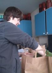 Monika packar ner alla plantor vi köpt