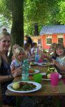 Immer ein Highlight: das gemeinsame Mittagessen im Schatten der Kurpark-Bäume.