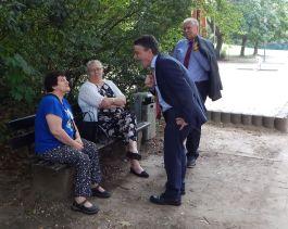 Bei den Menschen: Der Minister spricht mit Bewohnern des Viertels.