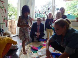 Michael Groschek nahm sich Zeit für das Gespräch mit den jungen Besuchern des Falken Kinderclubs.