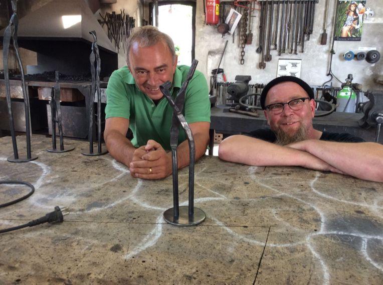 Zufriedene Gesichter: Leo G. Pira und Werner Kolter präsentieren die minimalistische Figur.