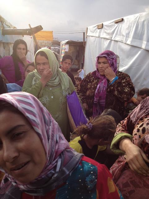 Syrian women seeking food480