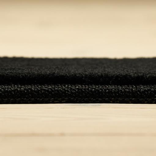 sort tæppe fra WeRug med kantbånd
