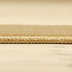 Kamelfarvet tæppe med kant