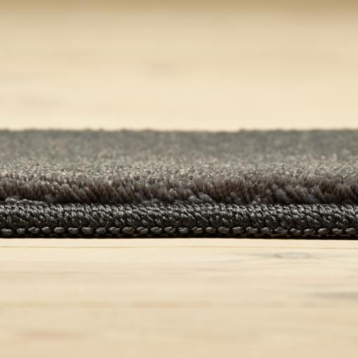 Cementfarvet tæppe fra WeRug med kantbånd