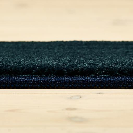 havblåt farvet tæppe med kant fra WeRug