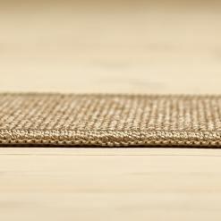 sandfarvet tæppe med mønster og kant