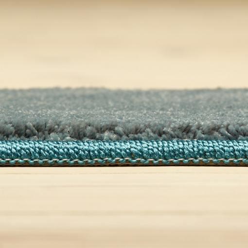 lyseblåt tæppe med kant på løse mål