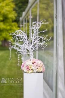 podświetlane drzewo z kwiatami przed wejściem