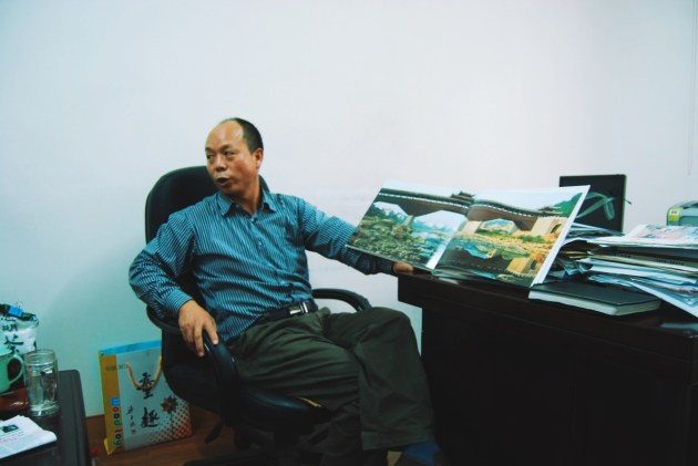 Lee opowiada o Lishui w swoim gabinecie