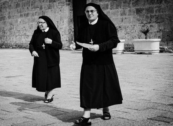 tutaj nawet niektóre siostry wyglądają jak mafia w przebraniu