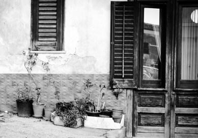 w oknie jednej z kamienic w Castellammare del Golfo, Sycylia.