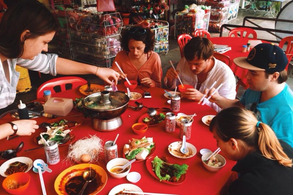 na środku stołu rządzi huo guo, czyli hot pot, gorący kociołek