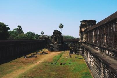 wewnętrzne mury świątyni
