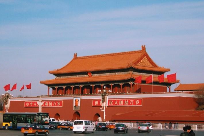 Plac Tiananmen i brama Tienanmen w Pekinie