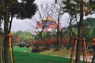cały kompleks wypełniają różne świątynie i budowle buddyjskie