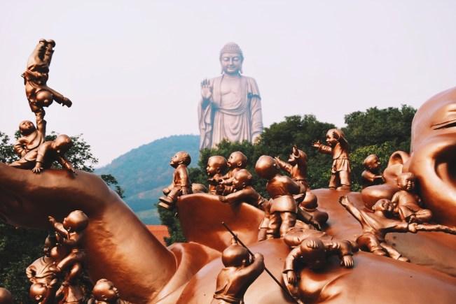 Budda Płodności i Wielki Budda w tle