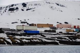 bloki Barentsburga widziane z zatoki