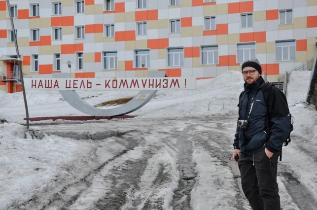 przed blokiem stoi rzeźba - Nasz Cel - Komunizm