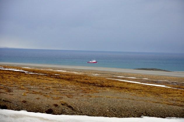w oddali widać statek wracający z rosyjskiego Barentsburga