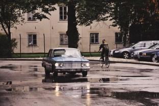 widoki z Karlskrony: stare auto i żołnierz na rowerze