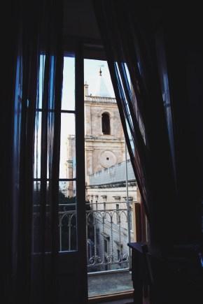 widok z naszego pokoju na główną katedrę Valletty