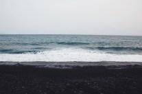 Czarny piasek na plaży w Candelarii
