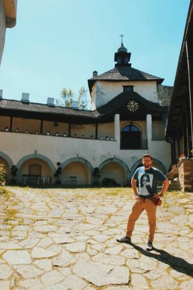 na dziedzińcu zamku w Niedzicy