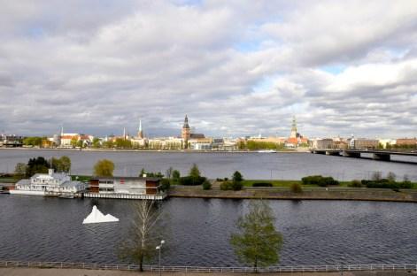 stara Ryga widziana z drugiej strony rzeki
