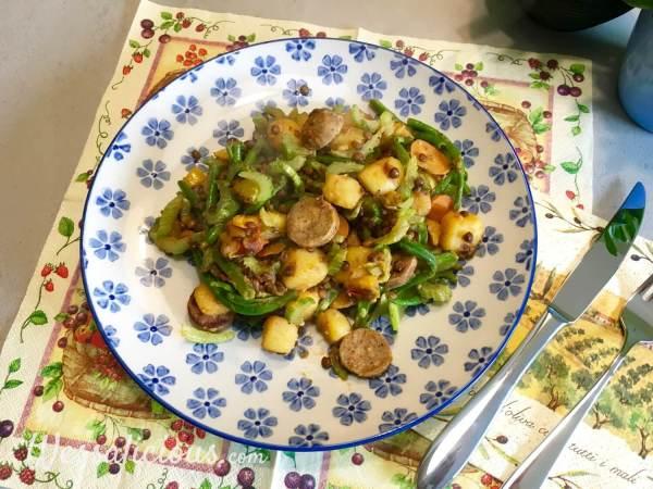 gebakken Linzen-aardappelschotel met vegetarische worst