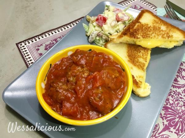 Kruidige Toast met notenballetjes in tomatensaus