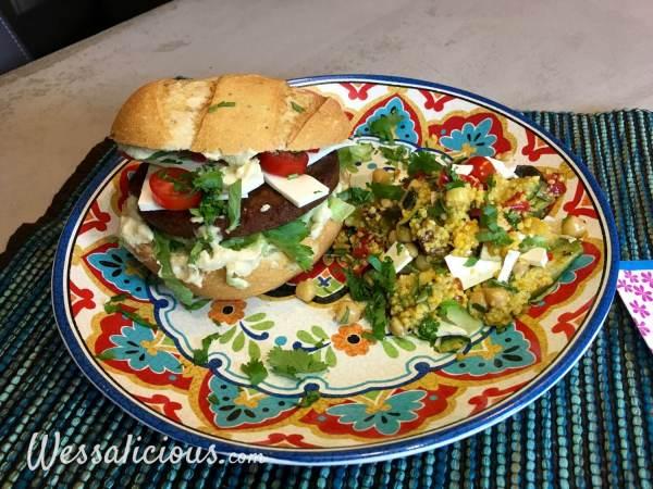 Marokkaanse hamburger met kruidige couscous en feta