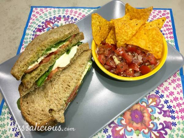 Lekkere Mozzarella clubsandwich met bruschetta