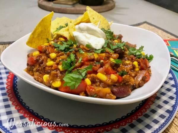 Mexicaanse linzen chili en tortillachips