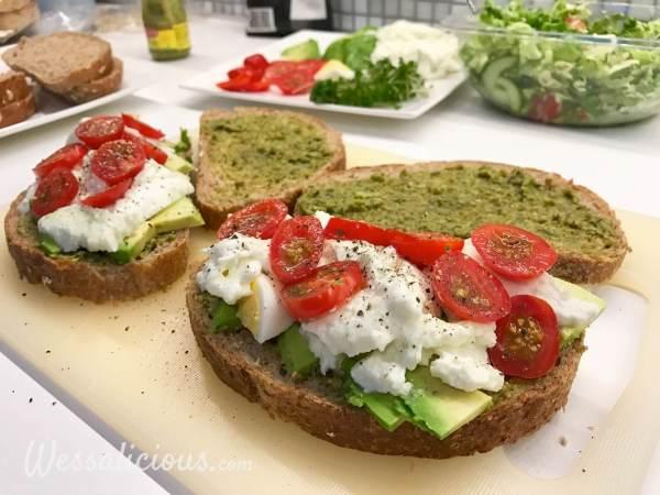 Voorbereiding Avocado Sandwich met pesto en mozzarella