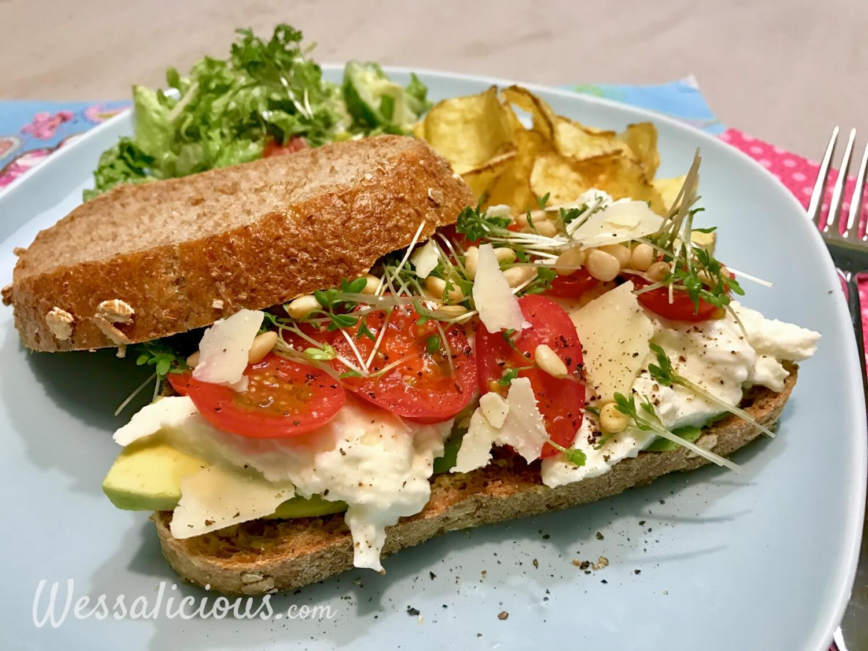 Vegetarische Avocado Sandwich met pesto en mozzarella