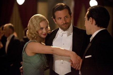 Stolz stellt George (Bradley Cooper) seine Frau Serena  (Jennifer Lawrence) als neue Geschäftspartnerin vor.