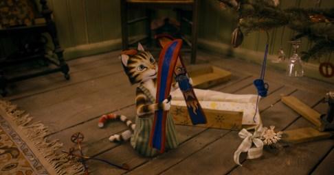 Findus bekommt von seinem Pettersson einen Schwanzwärmer geschenkt.