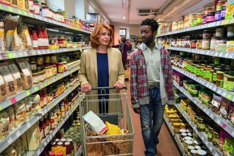 Mutter Angelika macht Diallo mit den Gepflogenheiten in Deutschland vertraut. Station eins: der Supermarkt