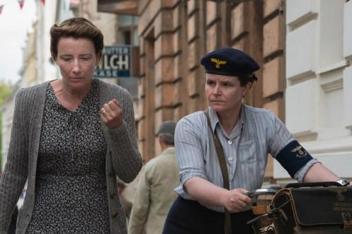 Anna Quangel, gespielt von Emma Thompson, verbirgt gemeinsam mit ihrem Mann Otto ein Geheimnis...