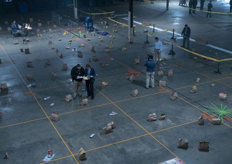 In detektivischer Kleinarbeit rekonstruiert ein Team aus Forensiker und Analytikern den Tatort, um die Spur der Attentäter aufnehmen zu können.