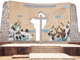 Auch dieses Monument, das im Jahre 2000 entstand, steht am Strand in Quidah. Es symbolisiert die Hoffnung, die die Menschen in die christliche Botschaft setzen.
