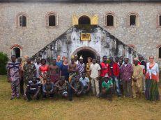 dieses Bild zeigt die gesamte Gruppe mit Teilnehmenden aus Lomé, Winneba und Flensburg