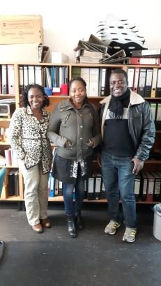 """Auf diesem Foto (v.l.): Dr. Pepetual Mforbe Chiangong (wissenschaftliche Mitarbeiterin im Fachbereich """"Afrikanische Literaturen und Kulturen"""" seit 2012 (DAAD)), Therese Eno Ndum, Dr. Henry Kam Kah"""