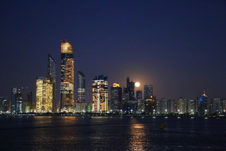 abu dhabi supermoon