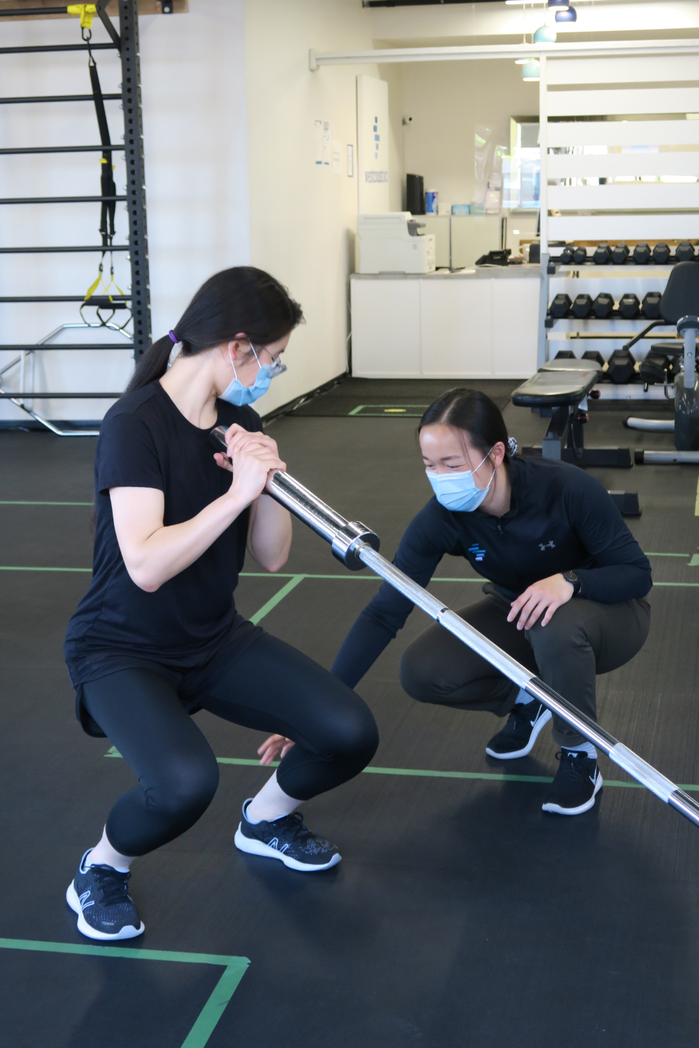 kinesiologist guiding exercise for covid 19 recovery program