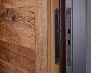 Haustüren aus Holz -Detail Altholz-Tür mit sägerauer Oberfläche – Löhr Westerwald-Haustüren