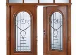 Individuell gestaltete Haustüre mit Kunstschmiede-Vorsätzen und zwei Rundbogen-Elementen - geöffnete Ansicht